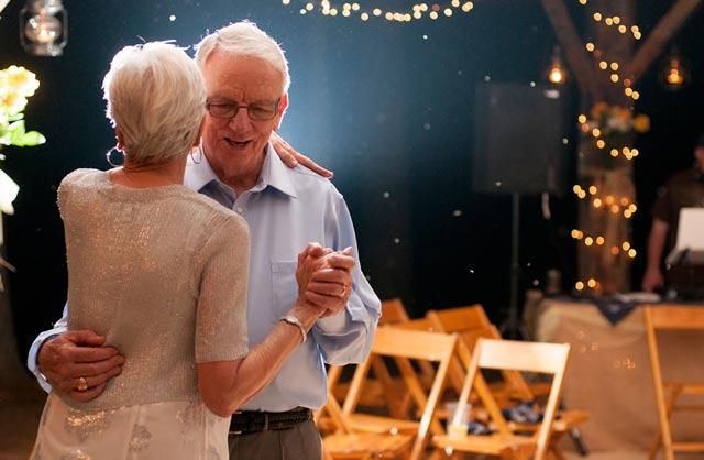 pareja bailando en boda de oro