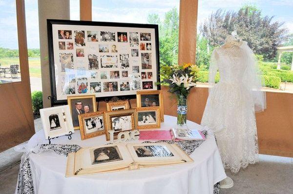 mesa con fotos de recuerdo bodas de oro