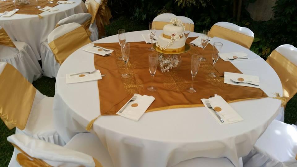 mesa decorada con tapetes dorados para bodas de 50 aniversario de matrimonio