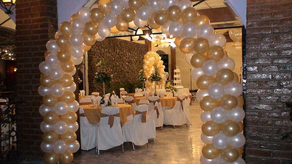 decoración con globos para bodas de oro