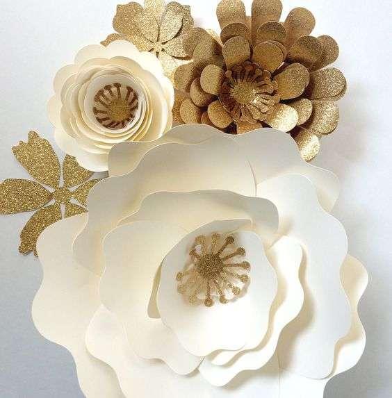 flores doradas y blancas para bodas de oro