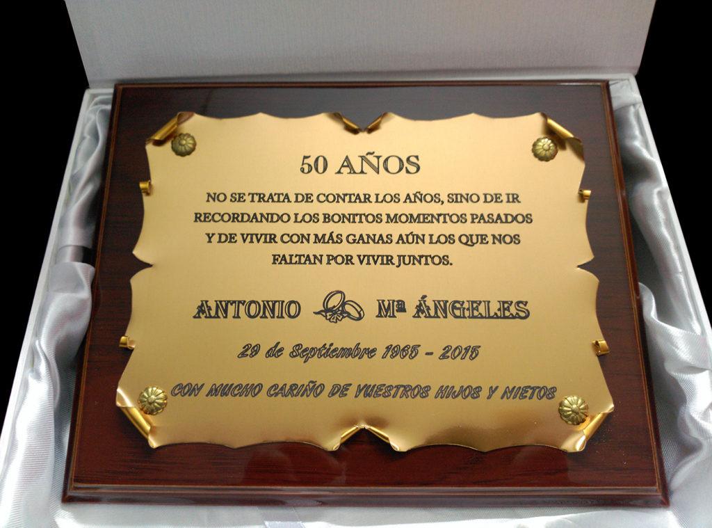 placas conmemorativas por el 50 aniversario de matrimonio