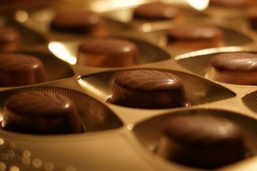 chocolate con detalles dorados para regalar en bodas de oro
