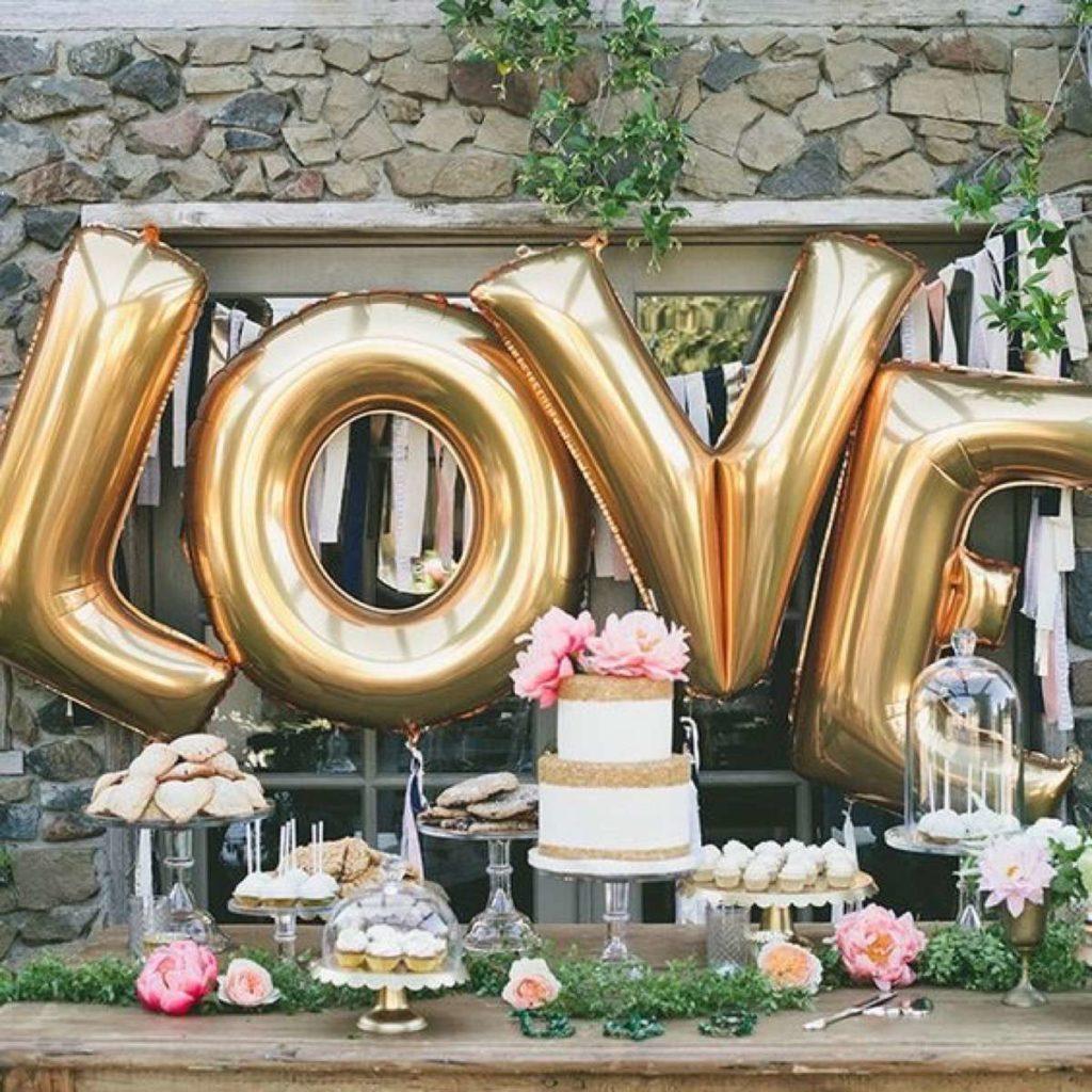 pastel y globos como sorpresa por boda de oro